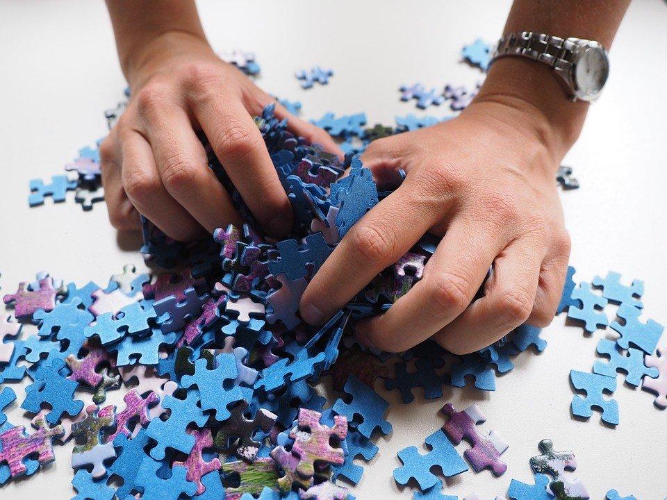 dłonie i puzzle