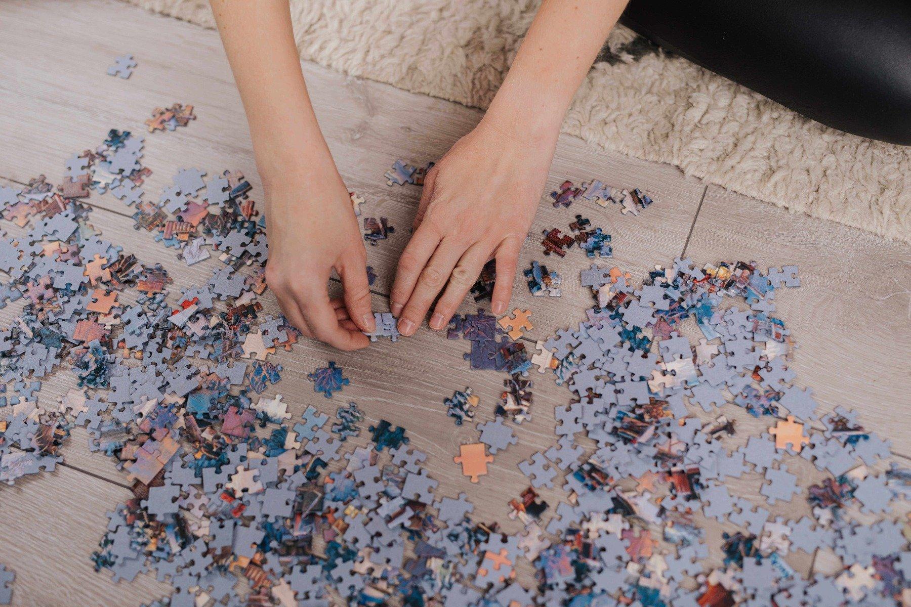 Dłonie układające puzzle