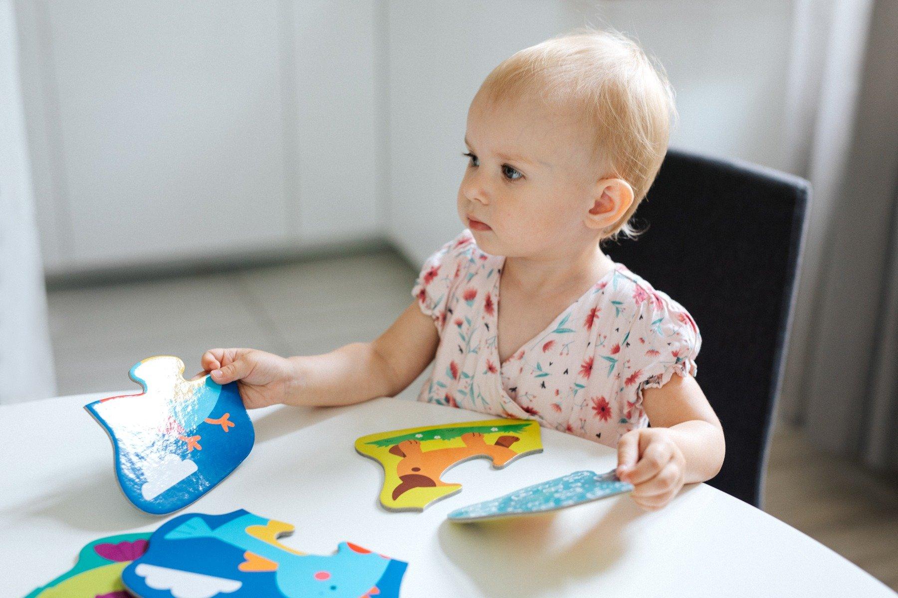 Dziecko ukladające puzzle baby trefl