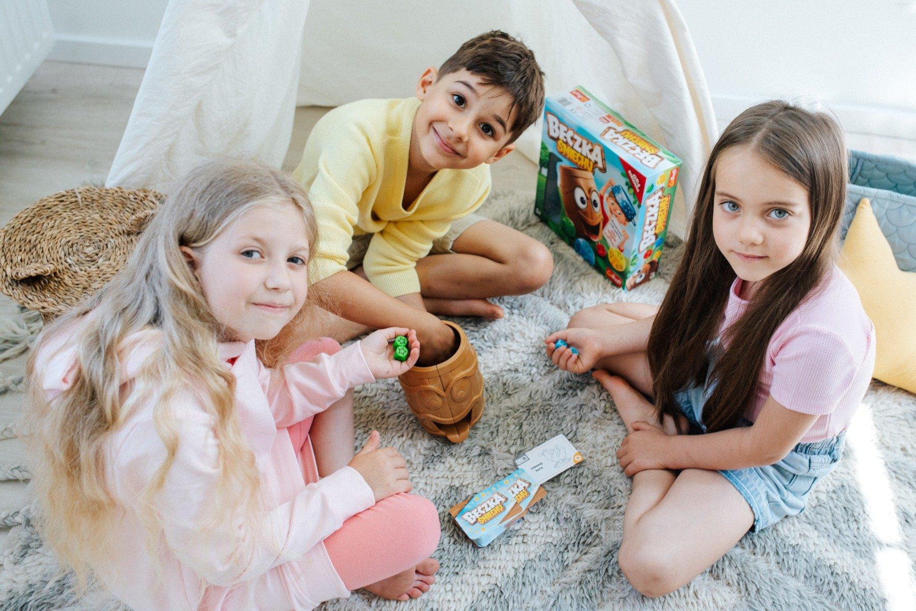 Dzieci grające w Beczkę Śmiechu