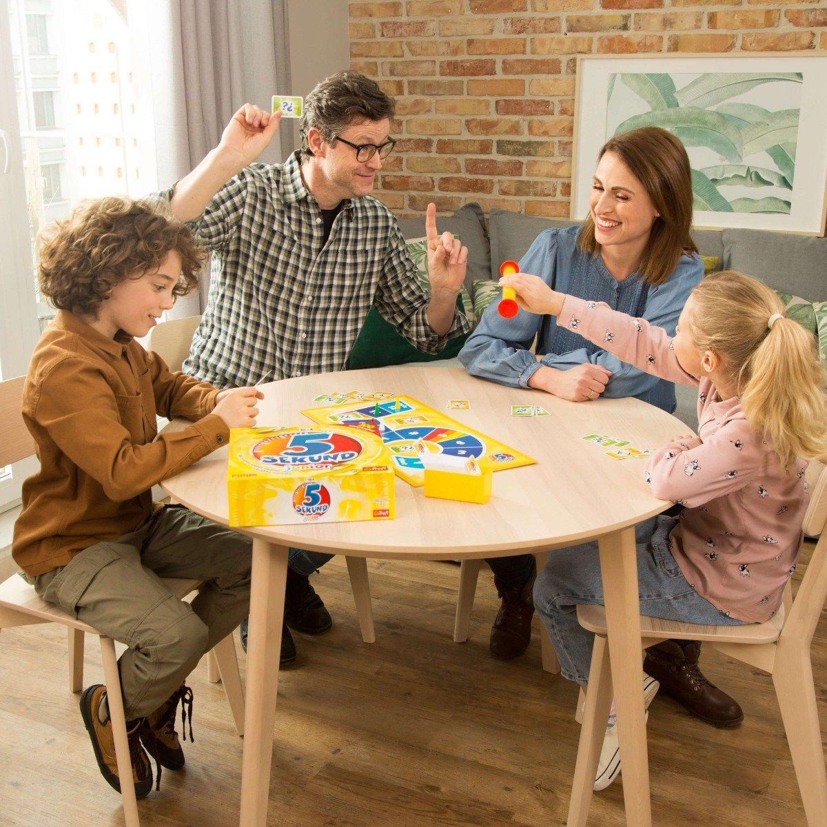 Rodzina grająca w grę 5 sekund