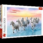 Białe konie w galopie